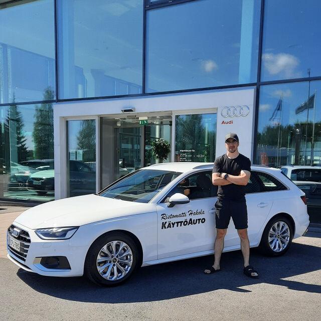 Hiihtäjä Ristomatti Hakola kurvailee pitävästi nelivetoisella Audi A4:llä. Täydellistä pitoa Ristomatti tarvitsee myös ladulla.
